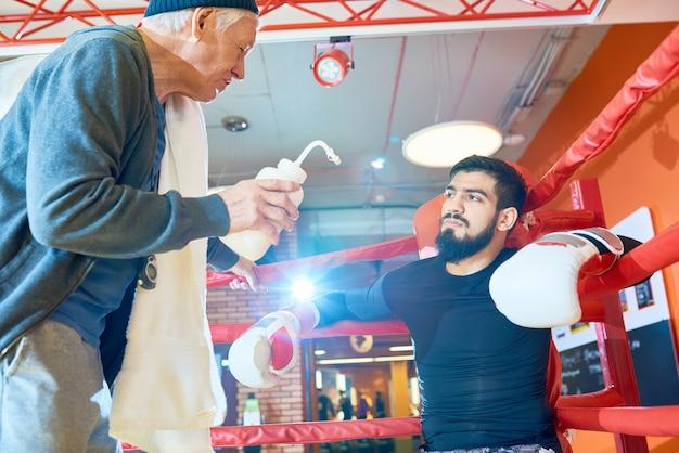 Poważny człowiek boks z trenerem