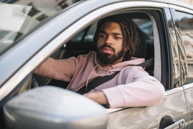 Poważny człowiek jazdy średni strzał