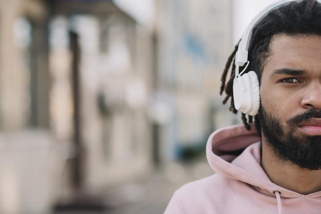 Poważny człowiek nosi słuchawki