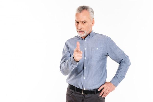 Poważny człowiek pewny siebie, wskazując palcem na ciebie