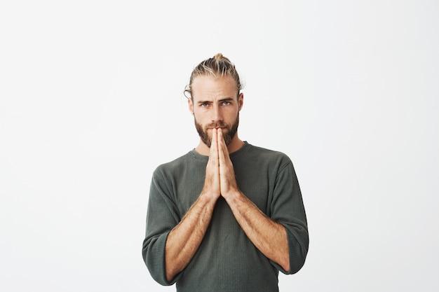Poważny dojrzały szwedzki facet czujący się wyjątkowo winny, proszący o wybaczenie