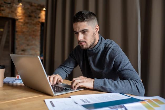Poważny freelancer koncentrujący się na pracy zdalnej