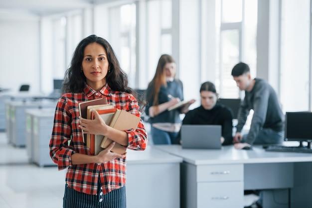 Poważny i pewny siebie. grupa młodych ludzi w ubranie pracujących w nowoczesnym biurze