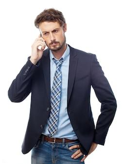 Poważny inteligentny człowiek rozmawia przez telefon