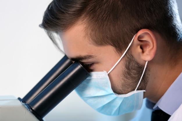 Poważny klinicysta badający pierwiastek chemiczny w laboratorium