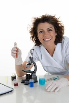 Poważny klinicysta studiuje pierwiastek chemiczny w laboratorium