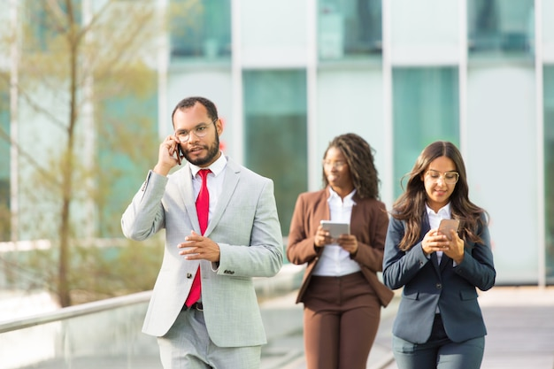 Poważny łaciński biznesmen mówi na telefonie komórkowym