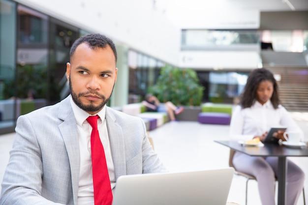 Poważny lider biznesu pracuje na komputerze