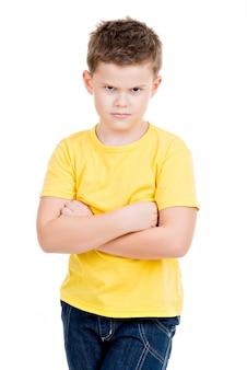 Poważny mały chłopiec na białym tle
