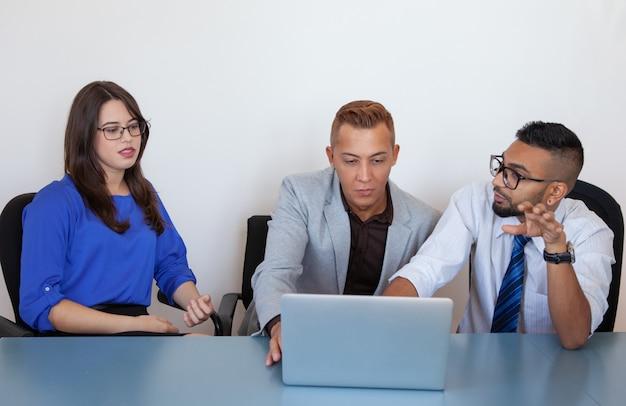 Poważny menedżer sprzedaży prezentuje nową aplikację