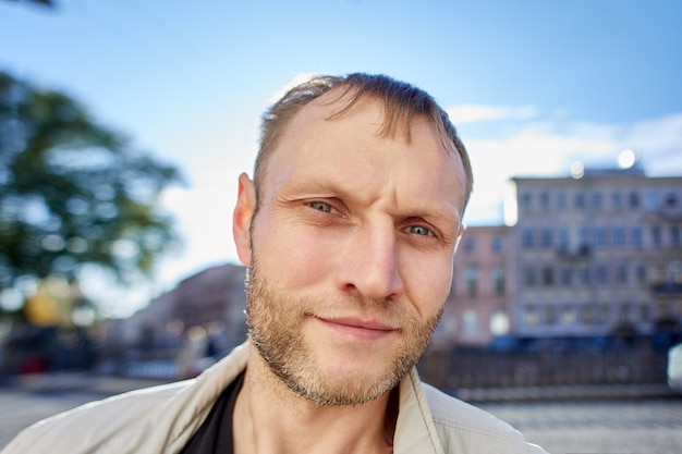 Poważny mężczyzna rasy kaukaskiej w jego s z wcześnie cofającą się linią włosów