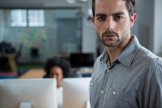Poważny mężczyzna stojący w biurze