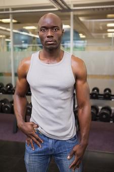 Poważny mięśniowy mężczyzna w gym