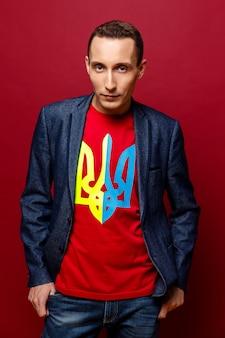 Poważny młody człowiek z ukraińskim herbem