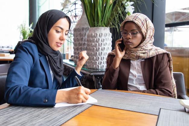 Poważny muzułmański bizneswoman afrykańskiego pochodzenia