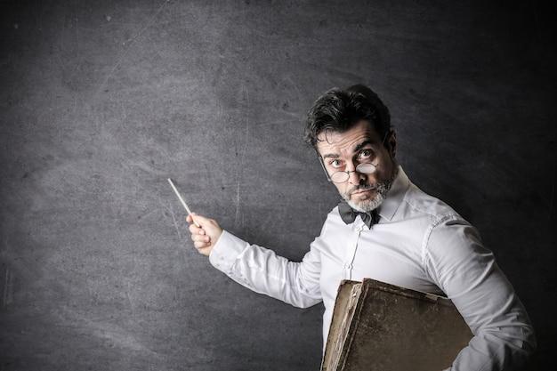 Poważny nauczyciel na tablicy