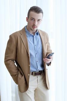 Poważny, pewny siebie, ambitny, młody biznesmen. nieformalny stylowy strój wizytowy