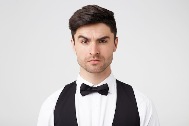 Poważny, pewny siebie atrakcyjny mężczyzna z małym zarostem wygląda pewnie