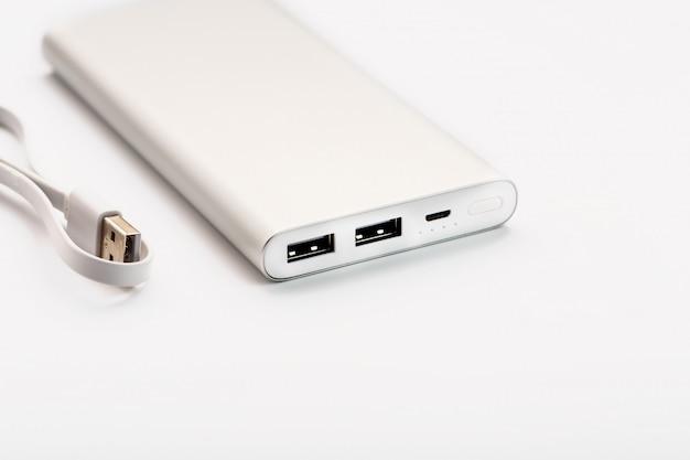 Powerbank do ładowania urządzeń mobilnych za pomocą kabla,