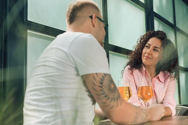 Powiedziała mu tak. zbliżenie całuje jego żony rękę młody człowiek podczas gdy robić małżeństwo propozyci outdoors.