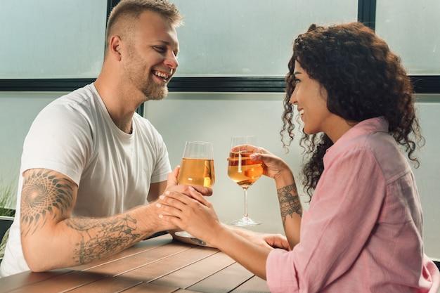 Powiedziała mu tak. zbliżenie młody mężczyzna całuje rękę żony podczas składania propozycji małżeństwa na zewnątrz.