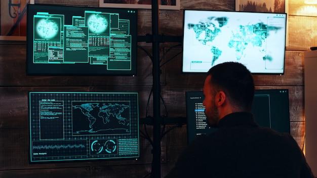Powiększ zdjęcie zorganizowanych cyberprzestępców w ciemnym pokoju z superkomputerami hakującymi rząd.