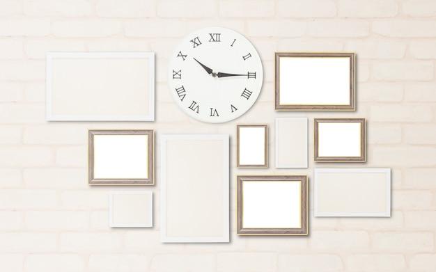 Powierzchni zbliżenie zegar ścienny pokazują czas w kwadrans po dziesiątej z pustą ramką do dekoracji na ścianie z cegły
