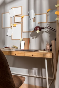 Powierzchnia biurka z krzesłem