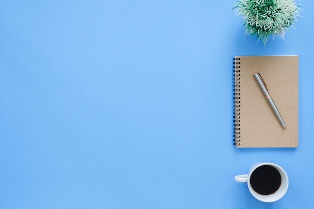 Powierzchnia biurowa biurko - mieszkanie leżał widok z góry makieta zdjęcie miejsca pracy przy filiżance kawy