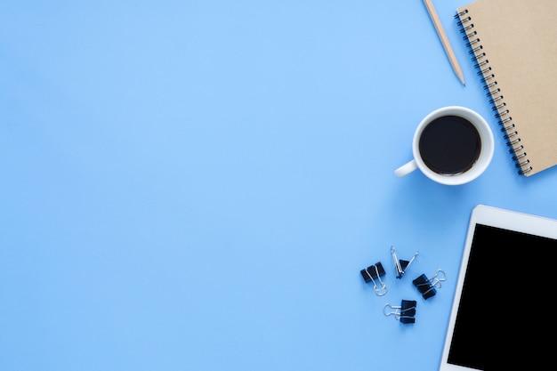 Powierzchnia biurowa biurko - mieszkanie leżał widok z góry makieta zdjęcie miejsca pracy z inteligentnego urządzenia