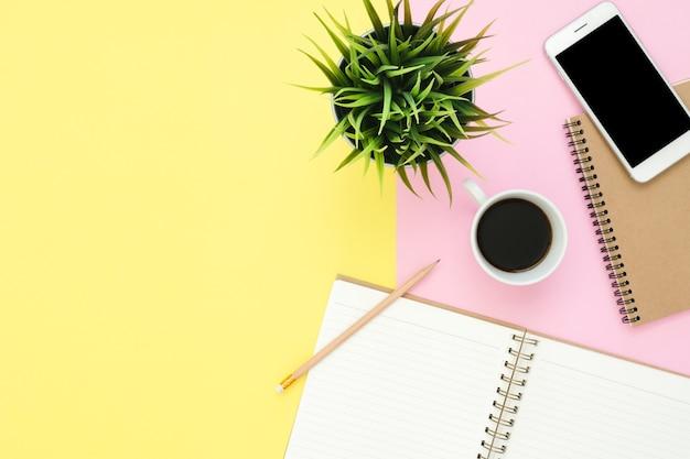 Powierzchnia biurowa biurko - widok z góry leżał płaskiej przestrzeni roboczej z białą pustą stronę notebooka