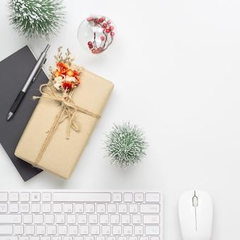 Powierzchnia biurowa z świąteczną dekoracją