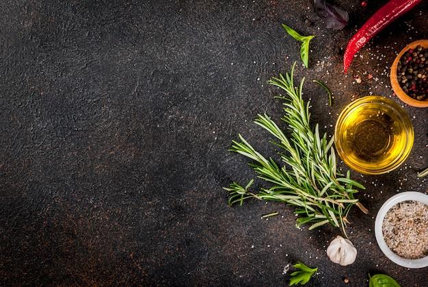 Powierzchnia do gotowania, zioła, sól, przyprawy, oliwa z oliwek, ciemna zardzewiała powierzchnia