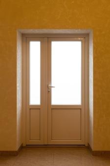 Powierzchnia do reklamy wnętrza domu przy otwartych drzwiach