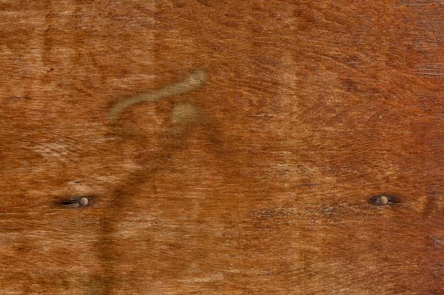 Powierzchnia drewniana w stylu retro z zardzewiałymi gwoździami