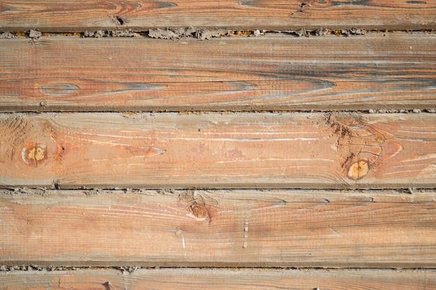 Powierzchnia drewnianej ściany pomalowana na brązowy kolor. stare tekstury drewna.