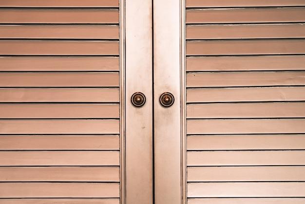 Powierzchnia i tekstura szafy lub garderoby z drewna