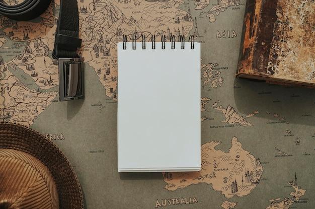 Powierzchnia mapy świata z pustym notatniku na dzień ojca