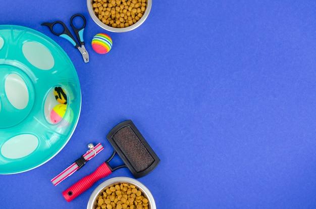 Powierzchnia misek z jedzeniem, zabawkami i artykułami do pielęgnacji zwierząt, widok z góry