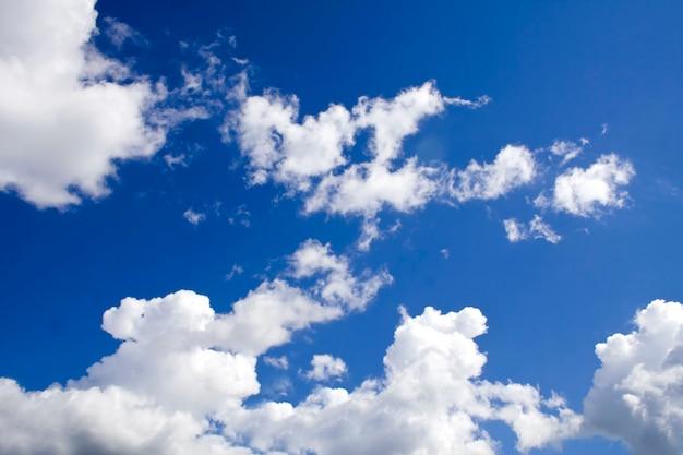 Powierzchnia natury. białe chmury nad błękitnym niebem