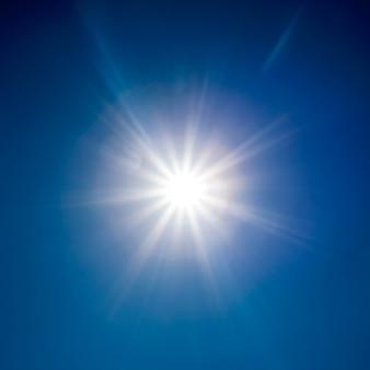 Powierzchnia natury. białe słońce nad błękitnym niebem