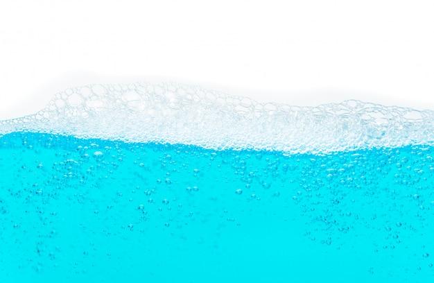 Powierzchnia niebieskiej wody z pęcherzykiem powietrza