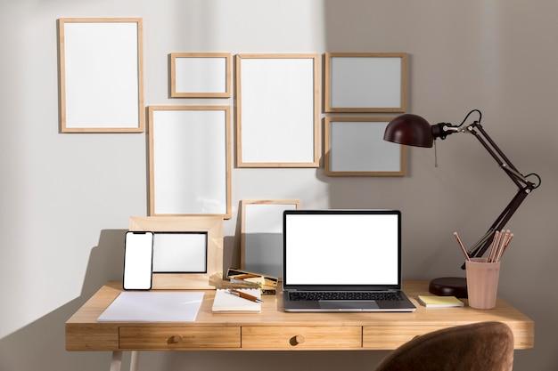 Powierzchnia robocza biurka z lampą i laptopem