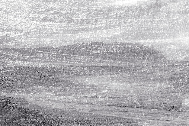 Powierzchnia ściany betonowej pomalowana grubą warstwą srebra