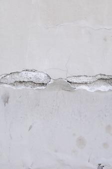 Powierzchnia ściany z pęknięciem
