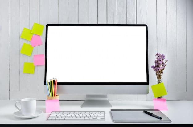 Powierzchnia stanowiska pracy dla projektantów z nowoczesnym komputerem stacjonarnym z pustym białym ekranem.