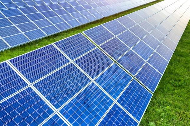 Powierzchnia systemu paneli fotowoltaicznych wytwarzających odnawialną czystą energię na zielonej trawie.