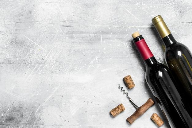 Powierzchnia wina. czerwone wino z korkociągiem. na rustykalnej powierzchni.