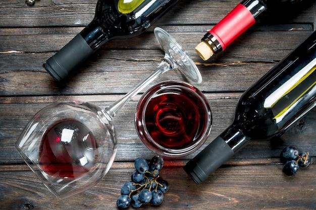 Powierzchnia wina. czerwone wino z winogronami. na drewnianej powierzchni.