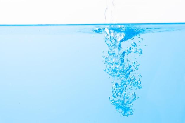 Powierzchnia wody i niebieskie bąbelki wody